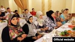 Мусульманки на ифтаре, организованном «председателем Совета министров Крыма» Сергеем Аксеновым