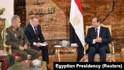 Müsüriň prezidenti Abdel-Fattah el-Sissi (s) we Orsýetiň goranmak ministri Sergeý Şoýgu (ç), Kair, 29-njy noýabr, 2017