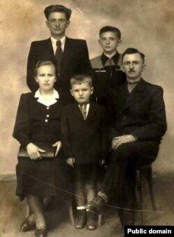 Родина Горинів у 1950 році. Внизу – мати Стефанія, брат Микола, батько Микола. Вгорі – Михайло та Богдан