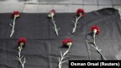 Анкарадағы жарылыста құрбан болғандарды еске алуға келгендер әкелген гұлдер. Стамбул, 10 қазан 2015 жыл.
