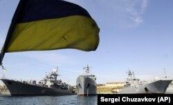 Украинские корабли, в том числе фрегат «Гетман Сагайдачный», в порту Севастополя, 11 сентября 2008 года