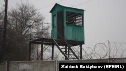 Кыргызстандын түрмөлөрүндө азыр Кытайдын 5 жараны жаза мөөнөтүн өтөп жатат.(Сүрөттө: Бишкектеги 47-түрмөнүн кароолу.)