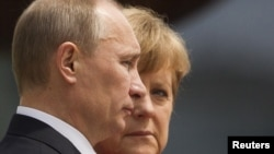 Unlike her predecesser, Gerhard Schroeder, German Chancellor Angela Merkel (right) reportedly does not enjoy particularly cordial relations with Russian President Vladimir Putin (left).