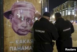 Плакат в Москве, намекающий на российские офшорные компании в Панаме и их связь с главой государства