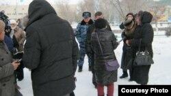 Жители города Жанаозен, представители силовых органов, журналисты и члены общественной комиссии по расследованию событий декабря 2011 года. Фото предоставлено гражданским активистом Галымом Агелеуовым. Жанаозен, 25 февраля 2012 года.