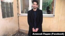Активист Дмитрий Кисиев во внутреннем дворе РОВД