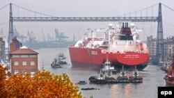 Газовый танкер в порту Португалете на севере Испании