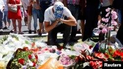Імпровізований меморіал на місці нападу в Ніцці, 15 липня 2016 року