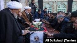 علی رازینی (نفر دوم از چپ) در مراسم تشییع غلامحسین ابراهیمی در آذر ماه ۹۵