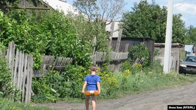 Дети играют неподалеку от опасного пустыря