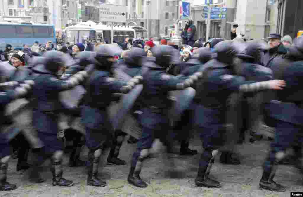 Собравшиеся на площади Независимости находятся в оцеплении бойцов спецподразделений МВД Украины