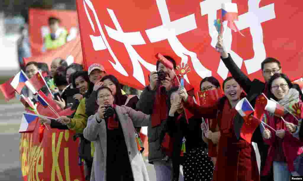 Группа приветствующих Си Цзиньпина в Праге 28 марта