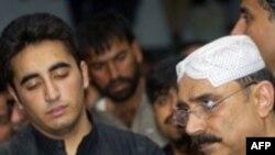 آصف علی زرداری، همسر بی نظیر بوتو (راست) و بی لاوال زرداری ( پسر بوتو)