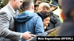 Активисты дождались выхода министра Теи Цулукиани – ее опять освистали и назвали «рабой Иванишвили»