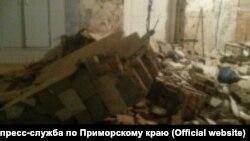 Рухнувшая стена в нежилом доме во Владивостоке