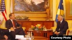 Kryeparlamentari Jakup Krasniqi gjatë vizitës së delegacionit të kongresmenëve amerikanë në Prishtinë.