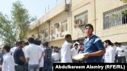 طلبة يتهيأون لأداء الإمتحانات في البصرة