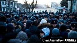 Участники акции в поддержку задержанного политика Омурбека Текебаева. Бишкек, 26 февраля 2017 года.