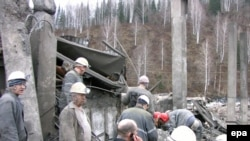 Russian rescue workers search for survivors on May 9 at the Raspadskaya mine, a massive complex that includes some 400 kilometers of mine shafts.