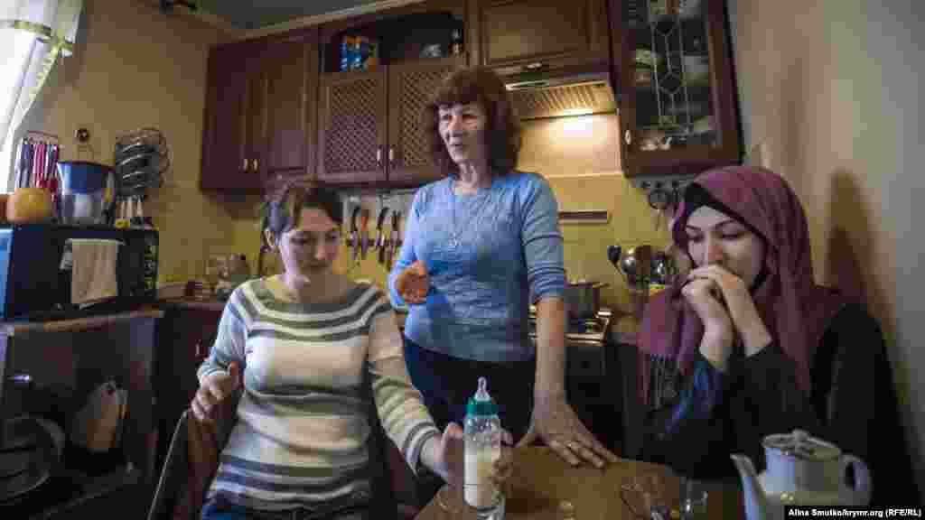 Эмине, мать арестанта, Ление и Эльвира, сестры Рефата, на кухне в родительском доме в поселке Краснокаменка