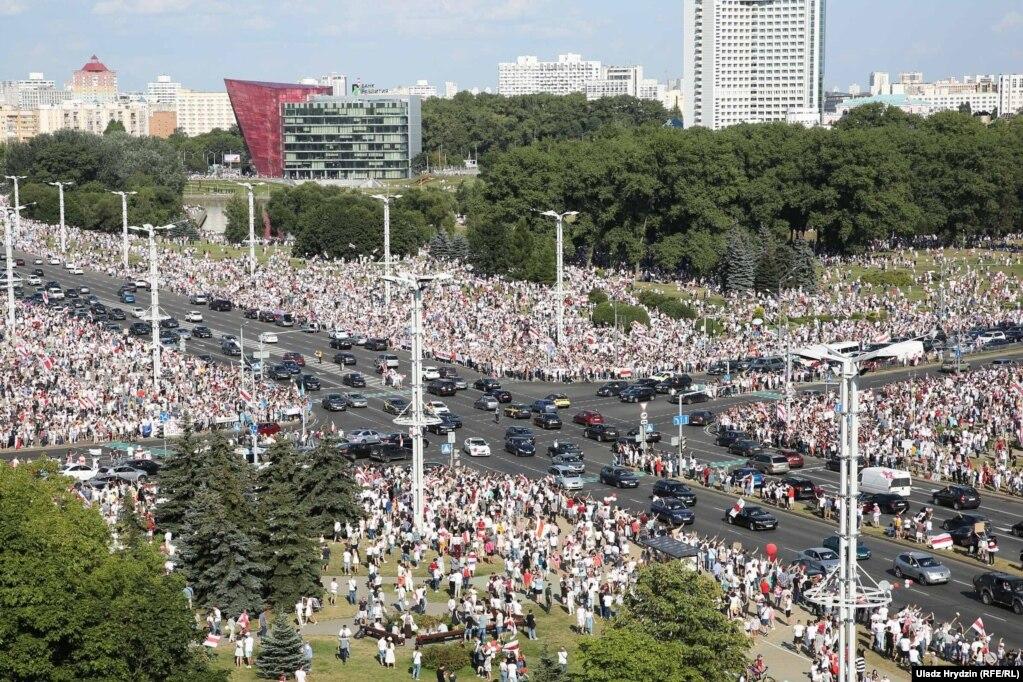 16. August in Minsk in der Nähe der Inschrift & laquo; Minsk & ndash;  Heldenstadt & raquo;  Mehr als 100.000 Menschen versammelten sich, sagte ein Korrespondent des belarussischen Dienstes gegenüber Radio Svoboda