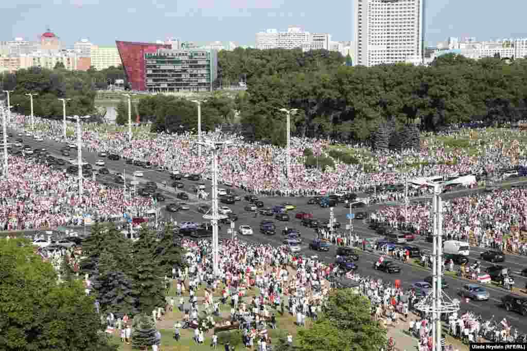 16 серпня у Мінську біля напису «Мінськ – місто-герой» зібралися понад 100 тисяч людей, повідомив кореспондент Білоруської служби Радіо Свобода