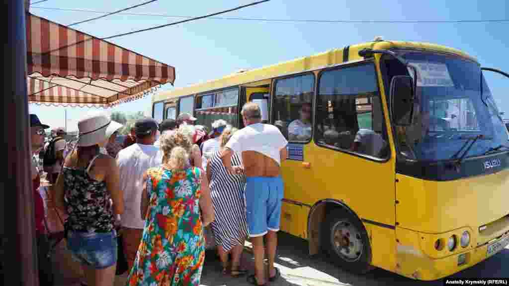 Конечная остановка рейсового автобуса из Сак находится почти у самой пляжной зоны
