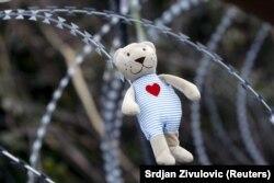 Детская игрушка на проволочных заграждениях на границе Хорватии и Словении, декабрь 2015 года