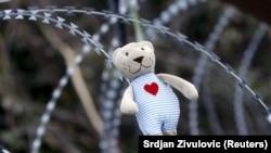 Medvjedić na žici postavljen tokom prosvjeda na slovensko-hrvartskoj granici, prosinac 2015.