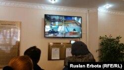Белсенді Болатбек Біләловтің сотына келген қорғаушылары арнайы монитордан сот процесін бақылап тұр. Астана, 19 қаңтар 2016 жыл.