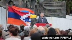Уругвай - Глава МИД Нагорного Карабаха Масис Маилян выступает на мероприятии, посвященном 104-й годовщине Геноцида армян на площади Армении в Монтевидео, 24 апреля 2019 г․