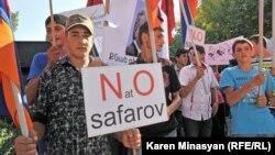 Люди у Вірменії протестують проти помилування екстрадованого з Угорщини Раміля Сафарова, 6 вересня 2012 року