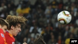 Каталёнец Карлес Пуёль забівае пераможны гол у вароты Нямеччыны