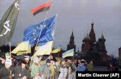 Учасники акції за незалежність України на Красній площі у Москві у день початку IV з'їзду народних депутатів СРСР, одним з основних питань якого було збереження Радянського Союзу. Москва, 17 грудня 1990 року