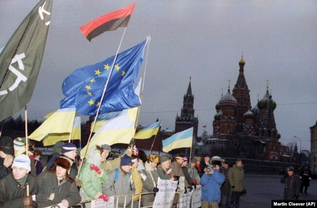 Акция на Красной площади в Москве в день начала IV съезда депутатов СССР, на котором обсуждалось сохранение Советского Союза. Москва, 17 декабря 1990 года