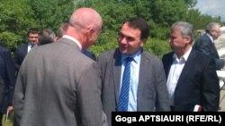 Перед началом встречи глава югоосетинской делегации Хох Гаглойты встретился с журналистами и рассказал им о вопросах, которые поставила Южная Осетия, выступившая инициатором внеочередного созыва формата
