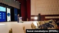 """Акматбек Келдибеков """"Ата Журт"""" партиясынын XI курултайында сөз сүйлөп жатат."""
