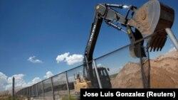 Bageri već uklanjanju ogradu koju bi trebao zamijeniti zid, američko-meksička granica Sunland Park, 26. januar 2017.