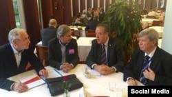 Johannes Hahn sa EU parlamentarcima Ivom Weigelom, Richardom Howittom i Edward Kukanom
