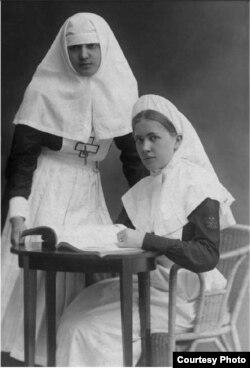 Вера Берхман с подругой. 1910-е годы