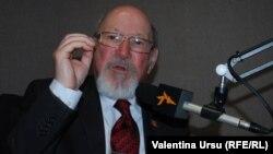 Prof. univ. Nicolae Osmochescu în studioul Europei Libere