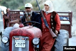 Туркмены Сирии едут на тракторе. Село Ямади, 24 ноября 2015 года.