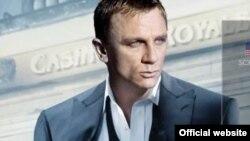В 21-й серии кинобондианы роль агента 007 впервые играет английский актер Дэниел Крейг
