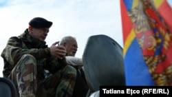 Militar moldovean la o expoziție de tehnică militară americană, Chișinău, 8 mai 2016