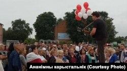 Андрэй Хадановіч выступае на акцыі пратэсту ў Пружанах, 23 жніўня 2020