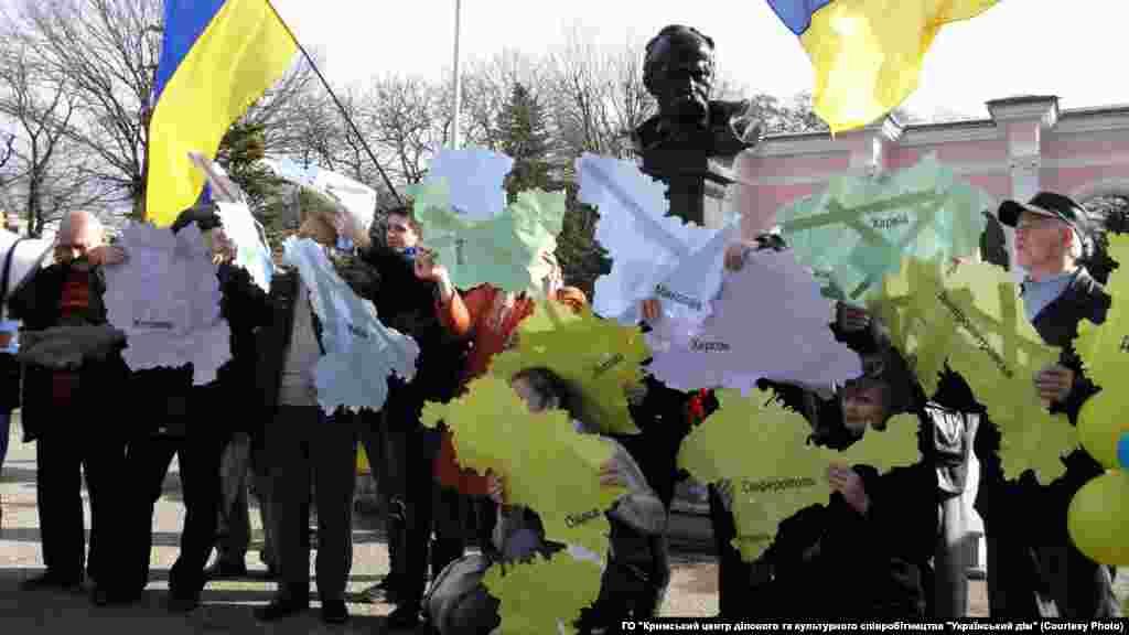 Несколько десятков молодых крымчан организовали через социальные сети флешмоб «Мы все разные, но у нас одна любовь – Украина». Они изобразили «Живую карту Украины», на которой каждый участник изображал один из украинских регионов