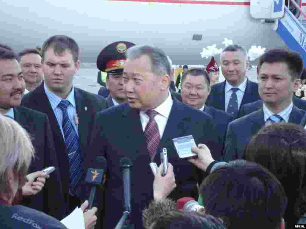 Март айында президент Курманбек Бакиев Германияда бутунун муундарын дарылатып келди.