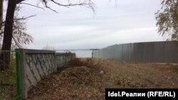 Слева - бетонный забор мусульманского кладбища, справа - забор из профнастила, за которым владения Швецовой (фото Дмитрия Полосина)