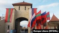 Drapele ale Rusiei și regiunii separatiste transnistrene la intrarea în Cetatea Tighina