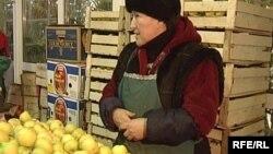 Астанадағы базарда алма сатып тұрған әйел. (Көрнекі сурет)